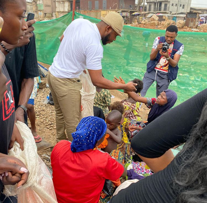 Frodd Visits And Shares Food To The Homeless In Agege Railway Line, Lagos